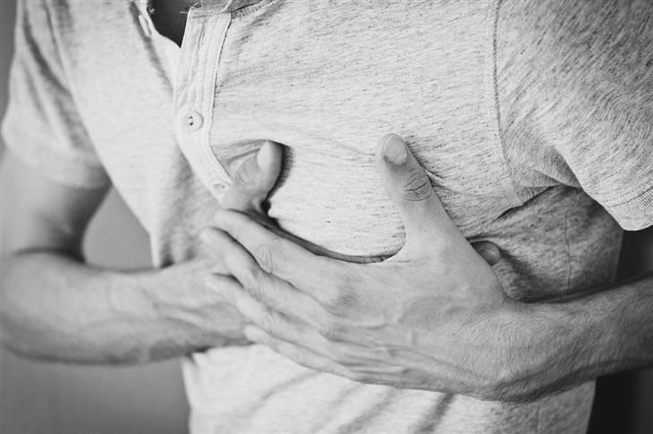 תסמינים של אבנים בכיס המרה: איש מחזיק בחזה שלו בידיו