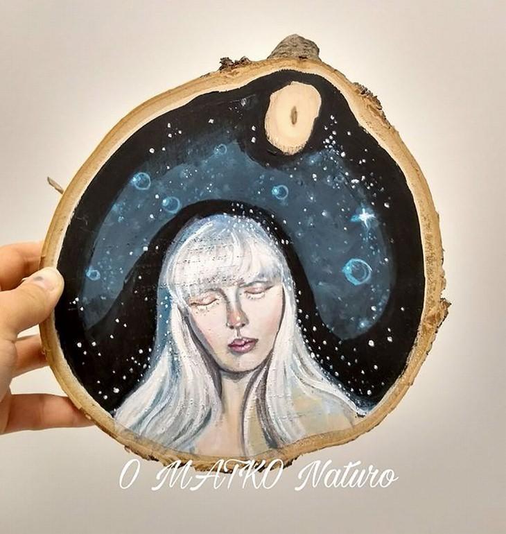 יצירות על פרוסות עץ של פטריציה פרושינסקיה: אישה על רקע לילה וכוכבים