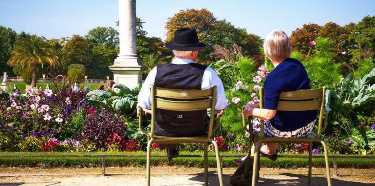 יתרונותיו של פרי הגוג'י ברי: זוג מבוגר יושב בגינה