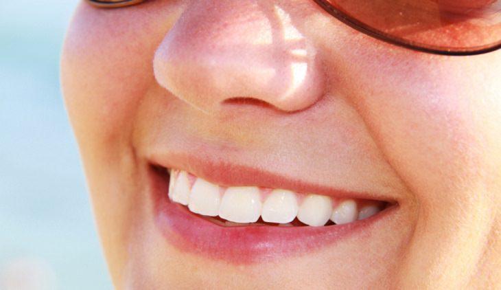 סיבות מפתיעות לצרוך סידן:  אישה מחייכת