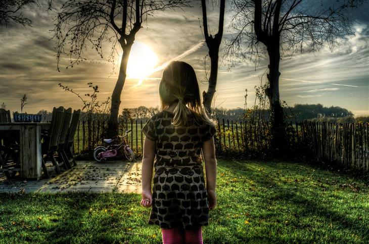 שאלות בנוגע לתיקון בעיות משמעת אצל ילדים: ילדה עומדת בחצר ביתה