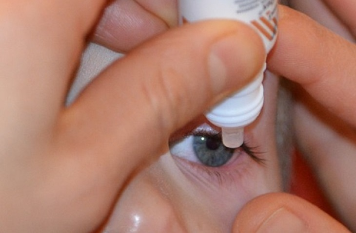 10 סיבות בגללן הראייה שלנו מתדרדרת: מטפטפים טיפות עיניים לעין של ילד