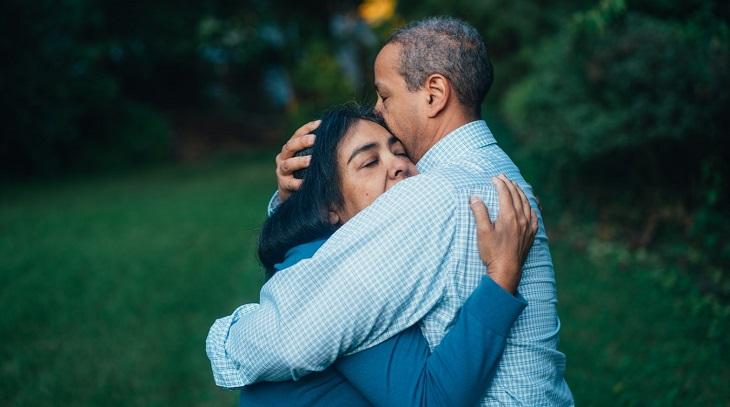 דרכים להתמודד עם תסמונת הקן הריק: גבר ואישה מחובקים