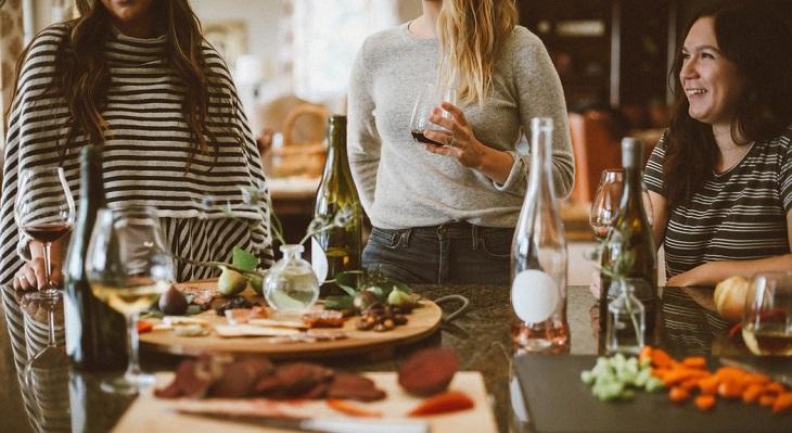 דרכים להתמודד עם תסמונת הקן הריק: 3 נשים מדברות ליד שולחן עם אוכל
