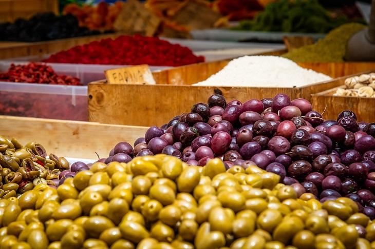 מאכלים הגורמים למיגרנות: זיתים בשוק