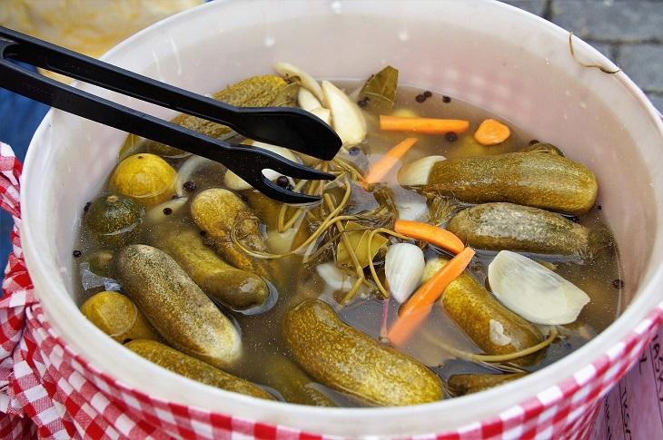 מאכלים הגורמים למיגרנות: מלפפונים חמוצים בקערה