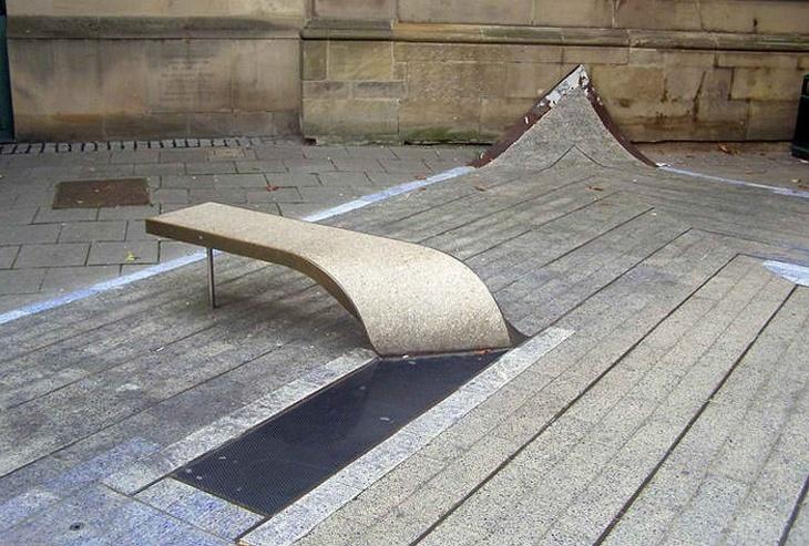 18 ספסלים יצירתיים: ספסל שנראה כמו קילוף של דק עץ מהרצפה