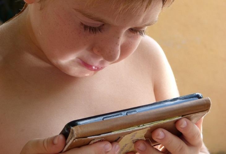 אפליקציות חינוכיות לילדים: ילד משחק בטלפון סלולרי