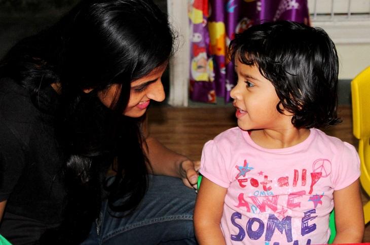 מיתוסים על גידול ילדים דו לשוניים: אם מחייכת אל ביתה הקטנה