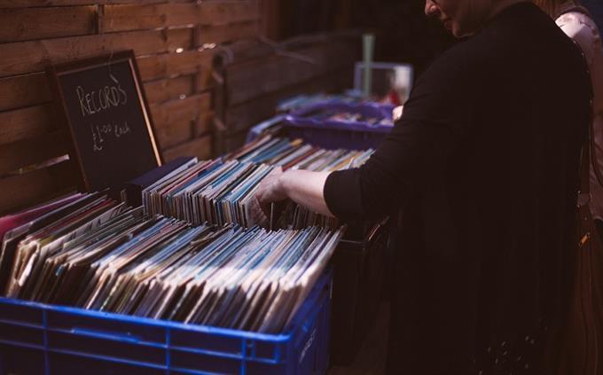 מבחן ידע כללי: אדם מסתכל על תקליטים