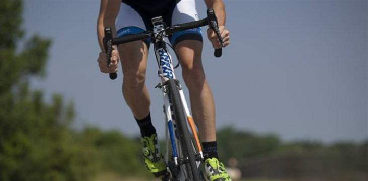 ההורמונים שמשפיעים על המשקל: אדם רוכב על אופניים