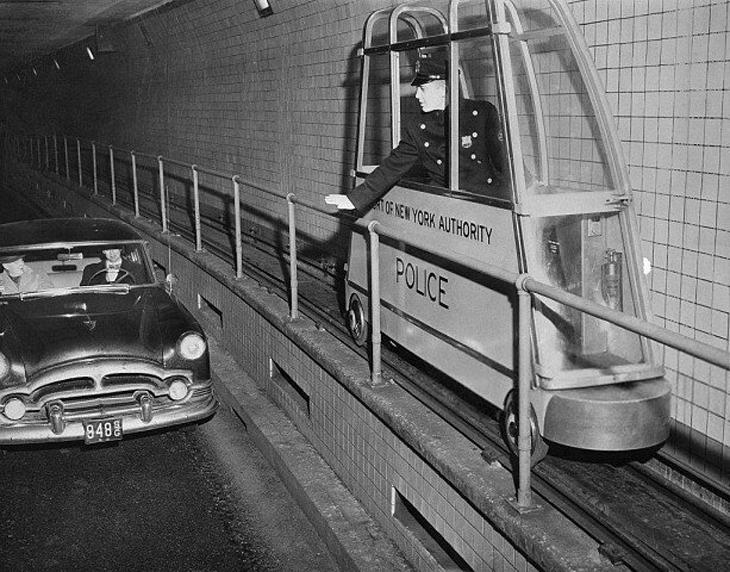 """תמונות היסטוריות: """"קרונות משטרה"""" במנערת הולנד שבין מנהטן לניו-ג'רזי"""
