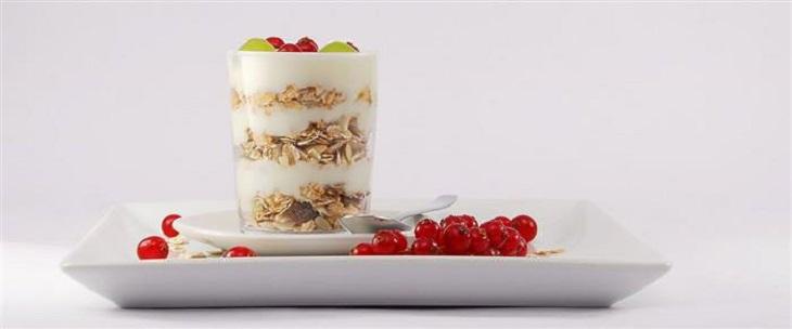 ההורמונים שמשפיעים על המשקל: יוגורט הכולל גרנולה ופירות יער