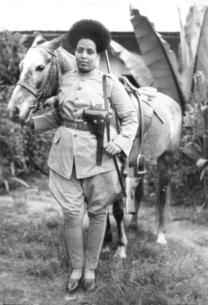 תמונות היסטוריות: לוחמת אתיופית מתארגנת לקרב