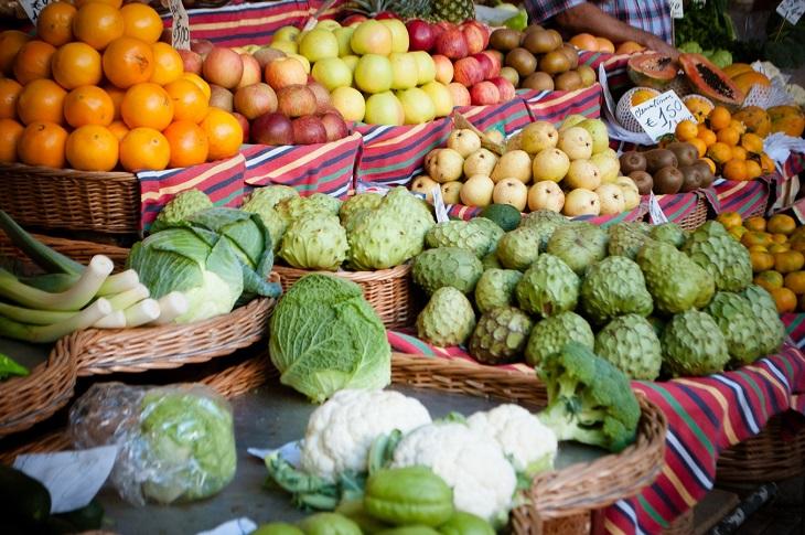היתרונות הבריאותיים של אנונה: ירקות ופריות בחנות ירקות ומרכז מסודרת אנונה