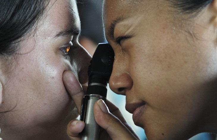ניוון רשתית: רופא בודקת עיניים של מטופלת