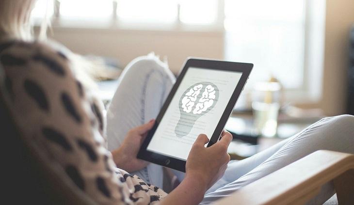 האם סמארטפונים וטאבלטים טובים או מזיקים לילדיכם: טאבלט המציג ציור של מוח על גבי המסך