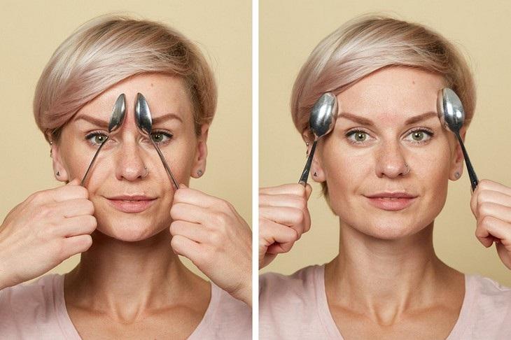 עיסוי עור הפנים בעזרת כפיות ומים: אישה המדגימה עיסוי שיעזור להבליט את העיניים