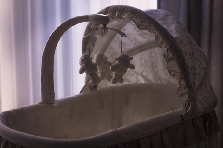רגעים שרק סבים וסבתות יבינו: עריסת תינוק