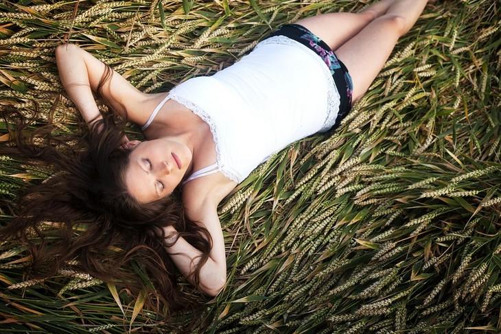 שיטה צבאית להירדמות מהירה: אישה שוכבת בשדה