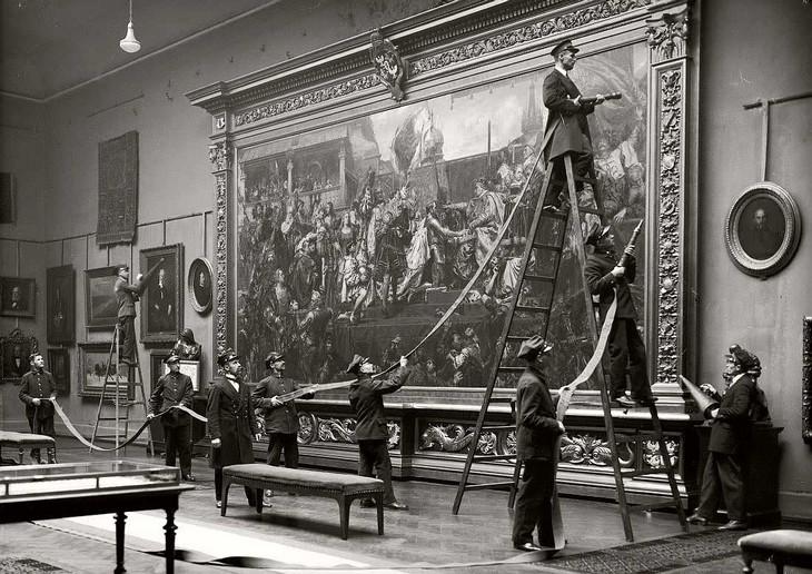 תמונות היסטוריות: עובדי מוזיאון מתכוננים לנקות את מסגרת התמונה בוורשה, פולין בשנת 1930.