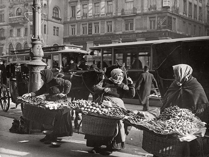 תמונות היסטוריות: שלוש נשים מוכרות אוכל ברחוב ראשי בווינה, אוסטריה בשנת 1901.