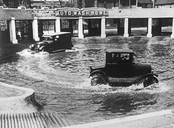 """תמונות היסטוריות: מכון שטיפת מכוניות שנועד לשטוף את תחתית המכונית מפני שרוב הכבישים היו דרכי עפר בשיקגו, ארה""""ב בשנת 1924."""