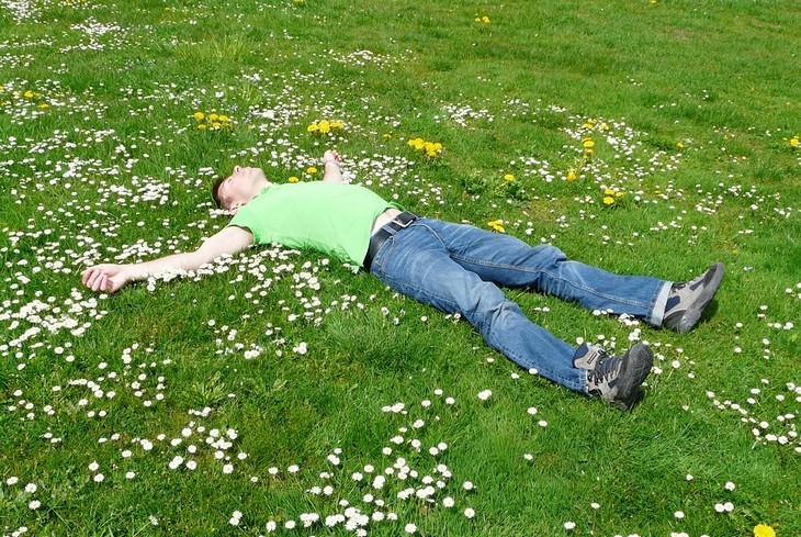 שיטה צבאית להירדמות מהירה: גבר שוכב על דשא