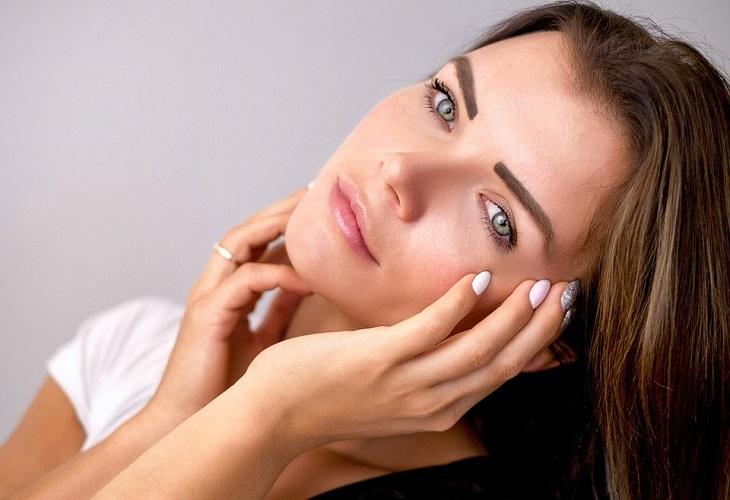 כיצד לזהות ולהתמודד עם עור משולב: אישה משעינה את ראשה הצידה ומסתכלת למצלמה