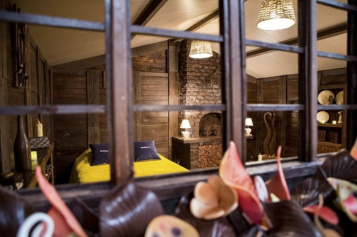 קוטג' השוקולד בצרפת: מבט אל תוך הבית מהחלון שמחוץ לבקצה