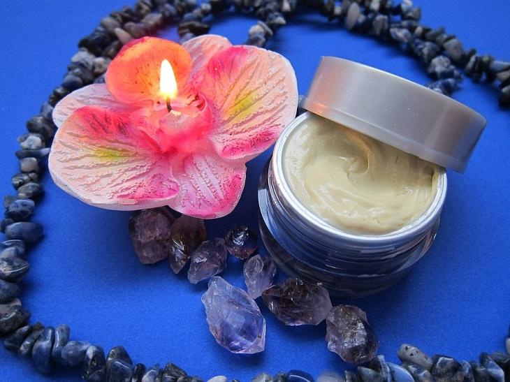 כיצד לזהות ולהתמודד עם עור משולב: קופסה קטנה עם קרם בתוכה ולידה נר בצורת פרח