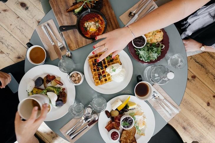 זמני עיכול מזונות: שולחן עם מאכלי ארוחת בוקר שונים