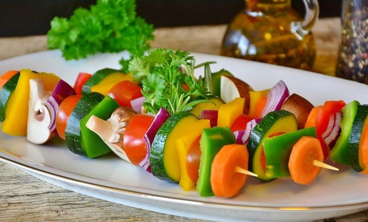 זמני עיכול מזונות: שיפודי ירקות טריים