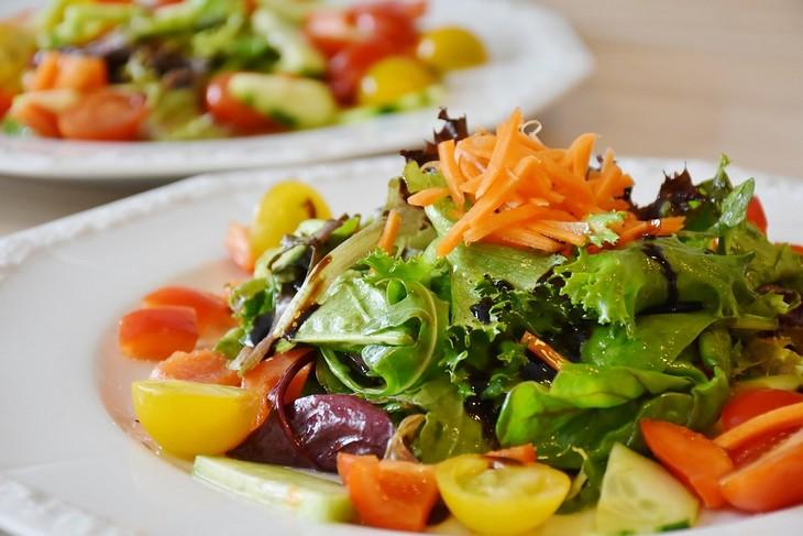 זמני עיכול מזונות: סלט ירקות מתובל