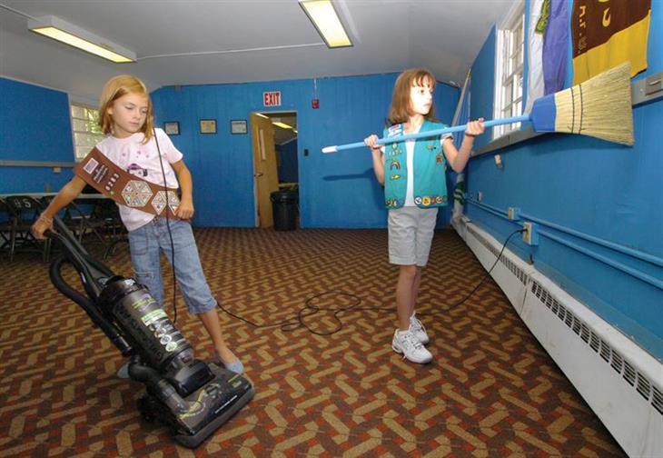 כיצד לגרום לילדים להיות מעורבים במטלות הבית: ילדות מנקות חדר עם מטאטא ושואב אבק