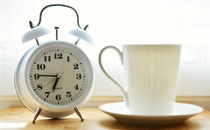 מבחן שפות זרות: שעון וכוס משקה חם