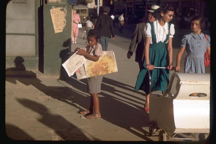 ישראל בשנת 1950: ילד מוכר עיתונים ברחובות ירושלים