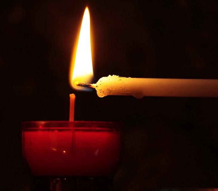 11 שימושים נוספים לנרות: נר קטן מדליק נר גדול יותר