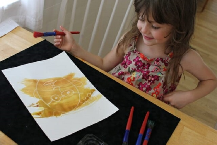 11 שימושים נוספים לנרות: ילדה מציירת על דף נייר