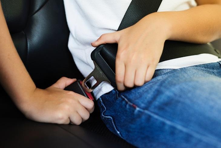 המדריך הבטוח לילדים ברכב: ילד חוגר חגורת בטיחות