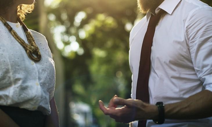 עצות לזוגיות מאושרת: גבר ואשה עומדים ומדברים