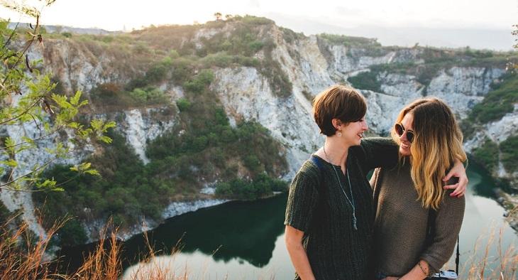 ציפיות מחיי נישואים: זוג חברות בחיק הטבע