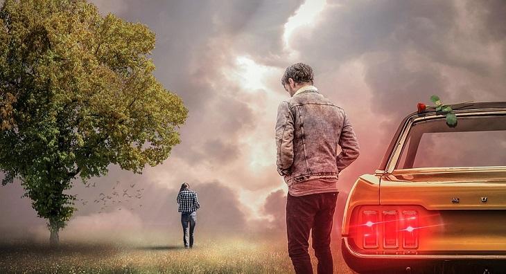 ציפיות מחיי נישואים: גבר מאוכזב ליד מכונית שאישה מתרחקת ממנה