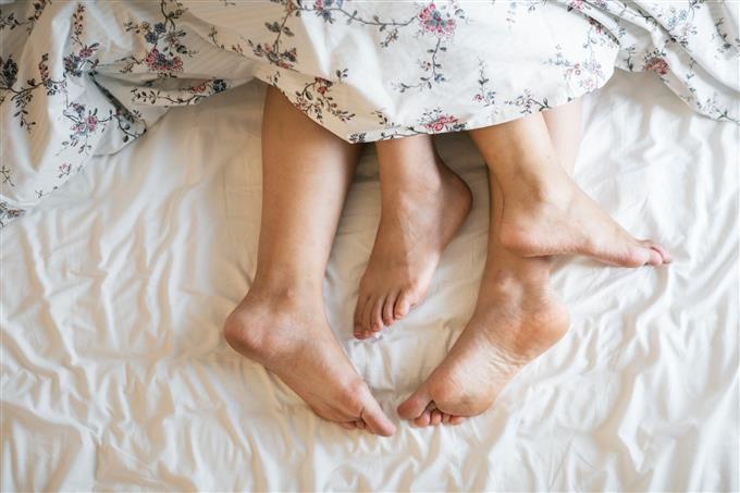 מבחן זוגיות: רגליים של זוג במיטה