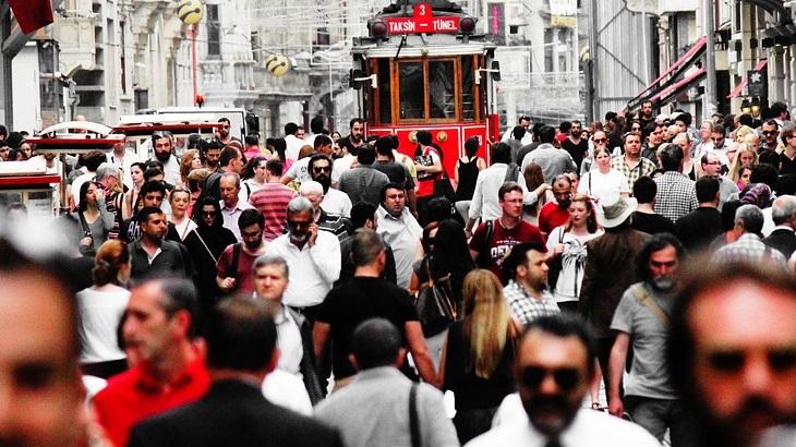 ערכים מזויפים של החברה המודרנית: המוני אנשים ברחוב סואן