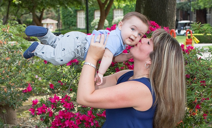 ערכים מזויפים של החברה המודרנית: אימא מרימה תינוק חמוד