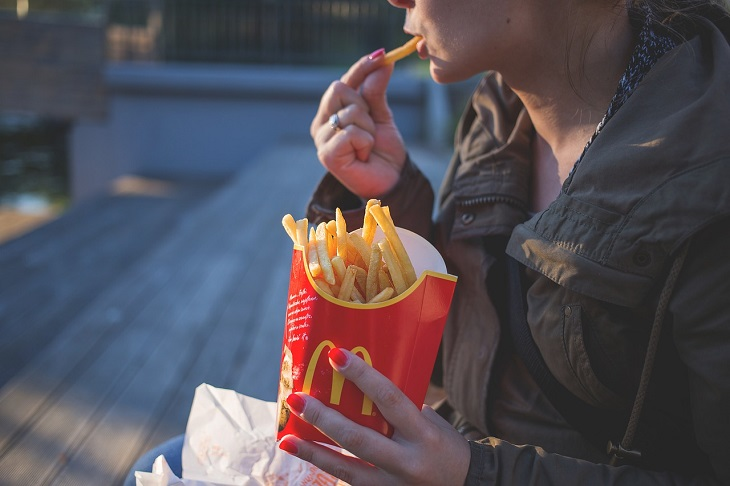 פריצות הדרך המדעיות של 2018: אישה אוכלת צ'יפס של מקדונלדס