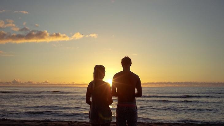 יתרונות של ריבית בזוגיות: צללית של זוג על שפת הים