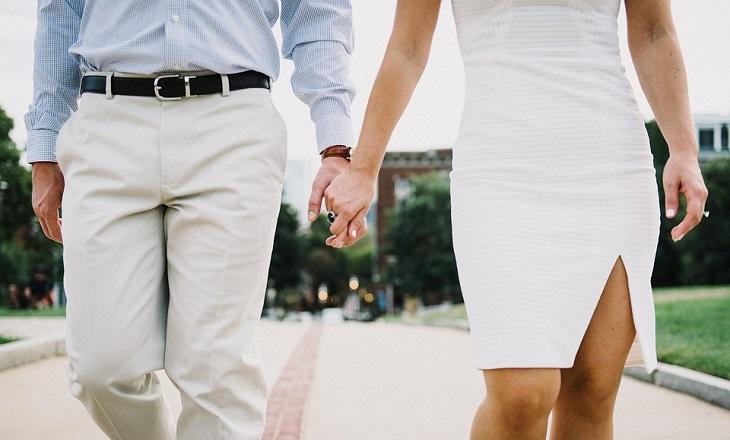 יתרונות של ריבית בזוגיות: זוג הולך יד ביד