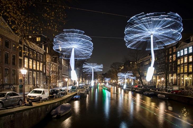 פסטיבל האור של אמסטרדם 2018: מייצגי אור מסתובבים מעל התעלות של אמסטרדם